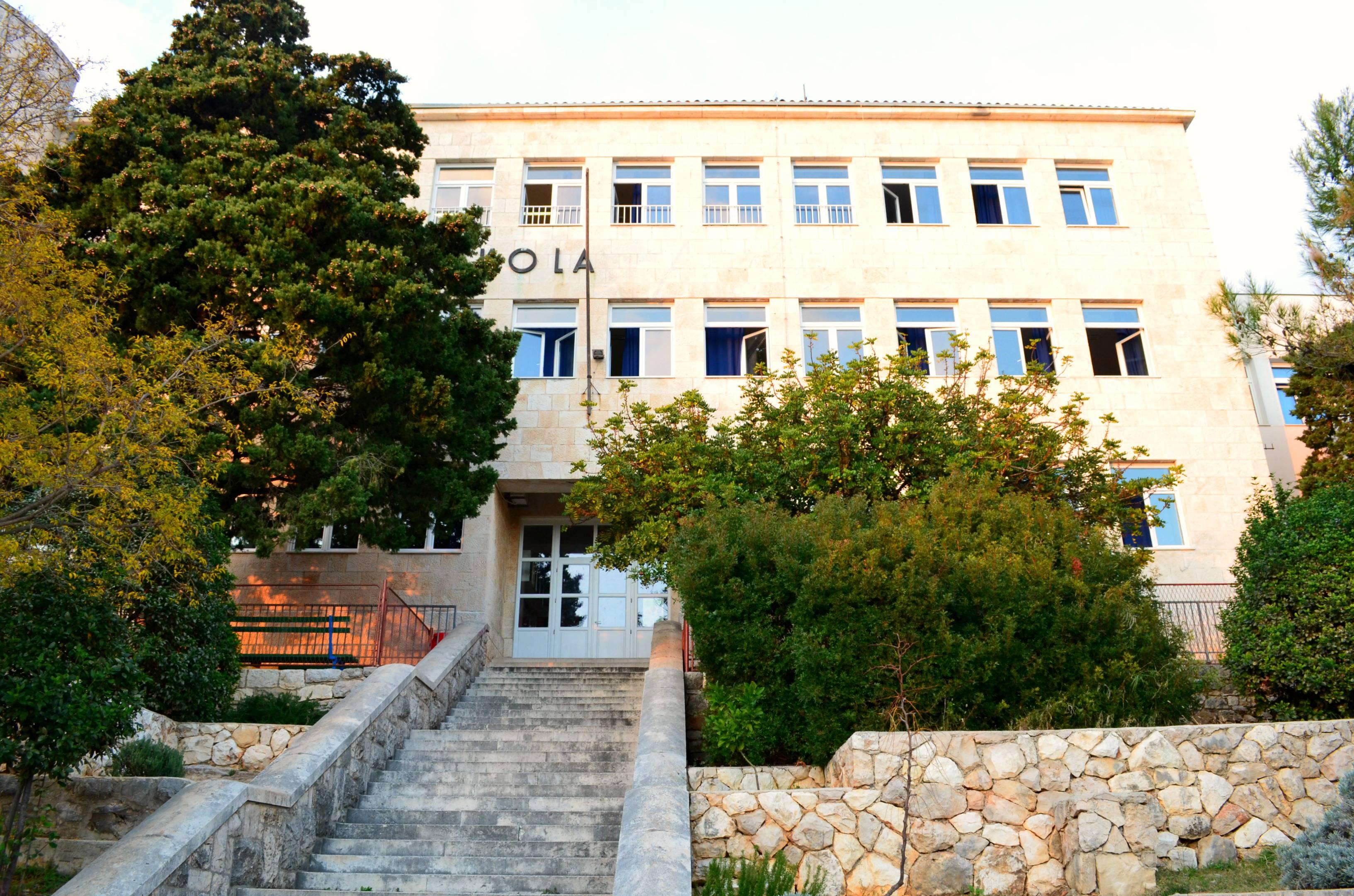 Slikovni rezultat za srednja škola hvar